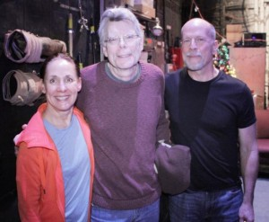 Laurie Metcalf, Stephen King und Bruce Willis (v.l.n.r.) backstage