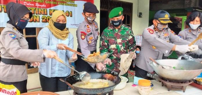 Buka Dapur Umum, Polwan Siapkan Makan Untuk Korban Corona