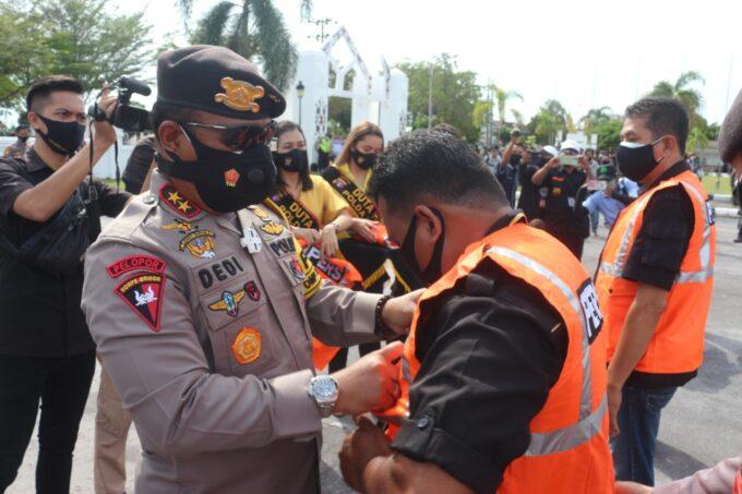 Kapolda Kalteng Serahkan Rompi Khusus ke Wartawan