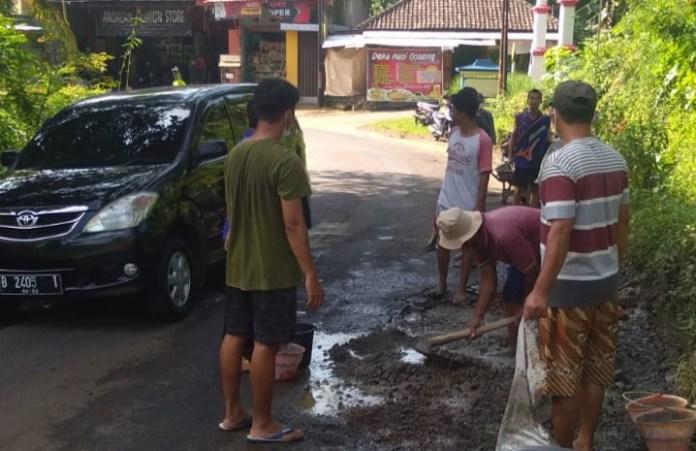 swadaya-perbaiki-jalan-desa-kwadungan