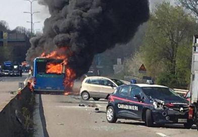 MILANO: Un șofer a incendiat autobuzul școlar pe care îl conducea. Mai mulți elevi au ajuns la spital