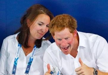 Обычно поклонники просят знаменитостей разрешения с ними сфотографироваться, но Гарри нередко сам проявляет инициативу, причем в самый неожиданный момент. На недавних соревнованиях по плаванию, которые проходили в рамках Игр Содружества в шотландском городе Глазго, Гарри увидел, как зрители, сидящие на нижних рядах, делают снимок, и принял молниеностное решение улучшить фото.