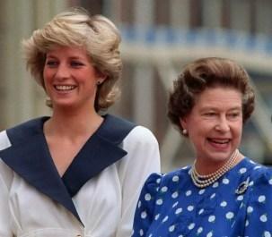Диана, Принцесса Уэльская и королева Елизавета II, когда они улыбаются доброжелателям за пределами Кларенс-Хаус в Лондоне, 1987
