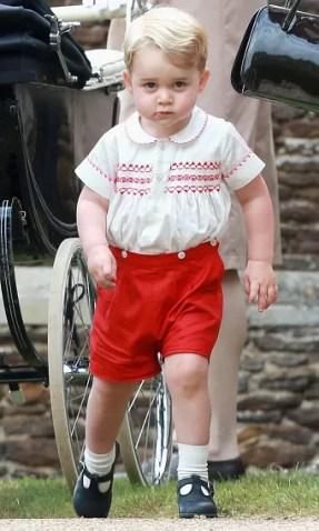 Июль 2015: Принц-это бизнес! Хотя день был посвящен крестины своей младшей сестры принцессы Шарлотты, Принц Джордж оказался в центре внимания во время событий в Англии. Фото: Гетти Картинки
