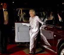 """Королева Елизавета прибывает на мировую премьеру фильма Джеймса Бонда """"Казино Рояль"""" в кинотеатр Одеон на Лестер-сквер в Лондоне, 2006"""