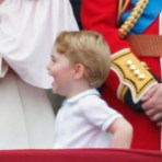 Июня 2016 года: Принц Джордж не мог сдержать свой восторг, смех на балконе Букингемского Дворца для выноса Знамени. Фото: Макс Мамби/Индиго/Getty Изображения