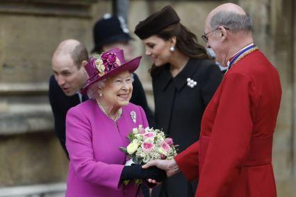 Королева Елизавета II улыбается, когда она пожимает руку с деканом Виндзором, Дэвидом Коннером после посещения Службы Пасхи Маттин в часовне Святого Георгия, Виндзорском замке 1 апреля 2018 года.