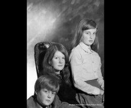 Диана с сестрой Джейн (в центре и братом Чарльзом.