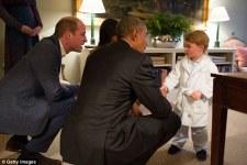 Президент Барак Обама, принц Уильям и первая леди Мишель Обама беседуют с принцем Джорджем