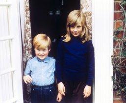 Леди Диана Спенсер с ее братом Чарльзом в 1968 году