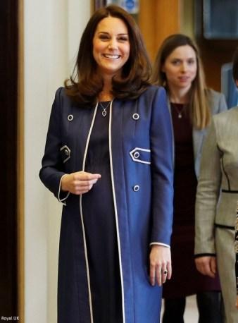 Герцогиня Кембриджская и, стоящая позади нее, Лора Бейкер