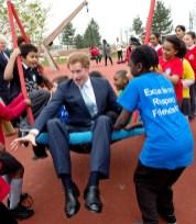Школьники качают принца на качелях в начальной школе Гейнсборо в Лондоне в апреле 2014 года.