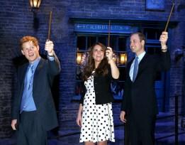 """Во время посещения """"Гарри Поттера"""" в Warner Bros.Studios Leavesden в апреле 2013 года."""