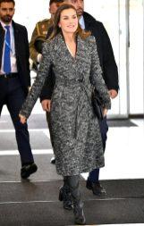 30 октября 2018 Придя в штаб-квартиру швейцарской организации World Heath, Королева была одета в черно-белое твидовое пальто с кожаными сапогами Adolfo Domínguez.
