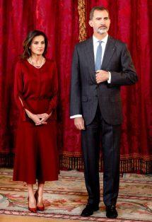 24 октября 2018. Королева Испании одела элегантную шелковую блузку Charmeuse Hugo Boss и соответствующую юбку для обедас президентом Германии Франком Вальтером Штайнмайером и его женой Elke Budenbender в Мадриде.