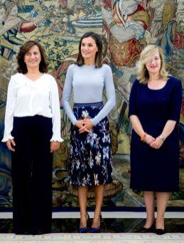 14 сентября 2018 Празднуя 50-летие детской Университетской больницы, Королева была одета в серый свитер Hugo Boss и плиссированную юбку с цветочным принтом.