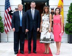 19 июня 2018 Летиция надела яркое розовое платье от Майкла Корса для встречи с первой семьей Соединенных Штатов.