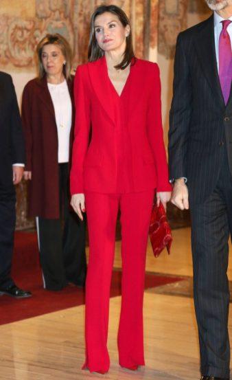 22 марта 2018 Бывшая журналистка носила красный брючный костюм Roberta Torreta для участия в государственном мероприятии.