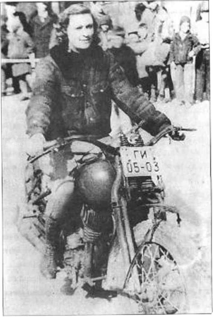 Наталья Андросова на мотоцикле.