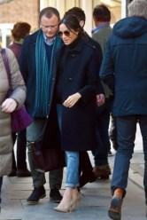 hamil-pakai-jeans-begini-gaya-santai-meghan-markle-dalam-rp-95-juta_c_280702-750x563