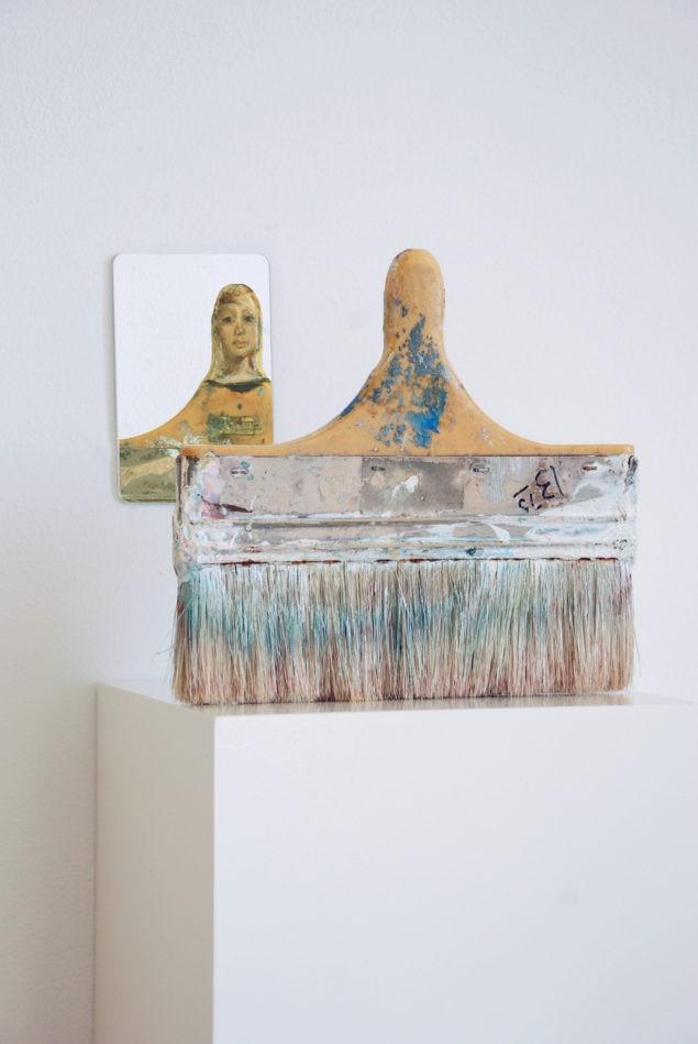 """""""Размышления о красоте"""" (2010). Зеркало, масло на вырезанной кисти (установка)."""