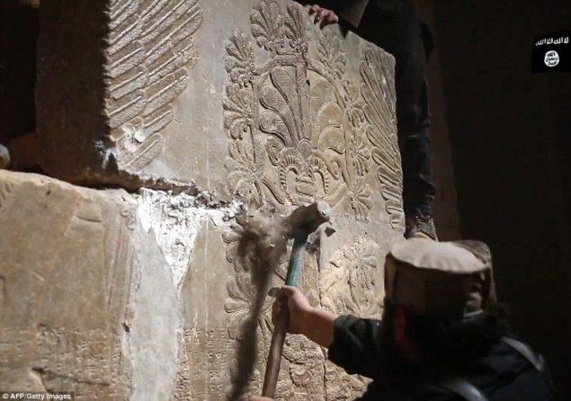 Атака: видео, сделаны доступными джихада средство массовой информации, показывает, ISIS боевиков, уничтожив stoneslab с кувалдой на то, что они говорят, древний ассирийский город Нимруде на севере Ирака