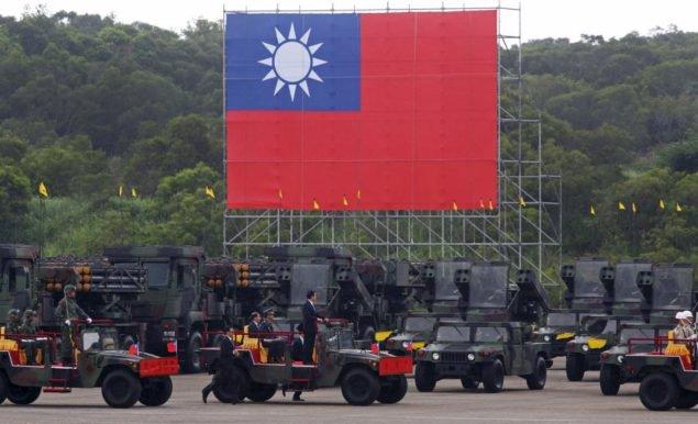 Тайваньский президент Ма Инцзю осматривает военные транспортные средства во время ежегодных военных учений Хань Куана в военной базе в Синьчжу, северный Тайвань, 4 июля 2015. REUTERS/Patrick Лин ИЗОБРАЖЕНИЯ TPX ДНЯ