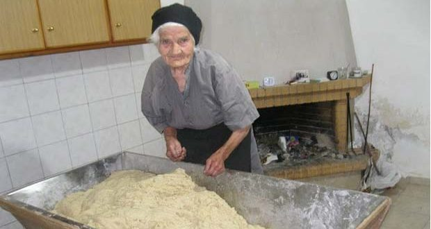 Η 88χρονη Κρητικιά που δουλεύει στα χωράφια και ζυμώνει το παραδοσιακό ψωμί