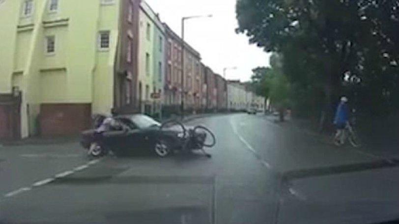 Ποδηλάτης τράκαρε με αυτοκίνητο και στη συνέχεια επιτέθηκε άγρια στον οδηγό! (vid)