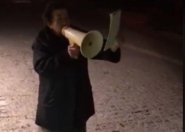 Γιαγιά βγήκε με ντουντούκα στους δρόμους, για την Μακεδονία (ΒΙΝΤΕΟ)