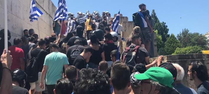Διαδηλωτές εισβάλουν στη Βουλή φωνάζοντας: «Να καεί, να καεί το μπουρ*λο η Βουλή»