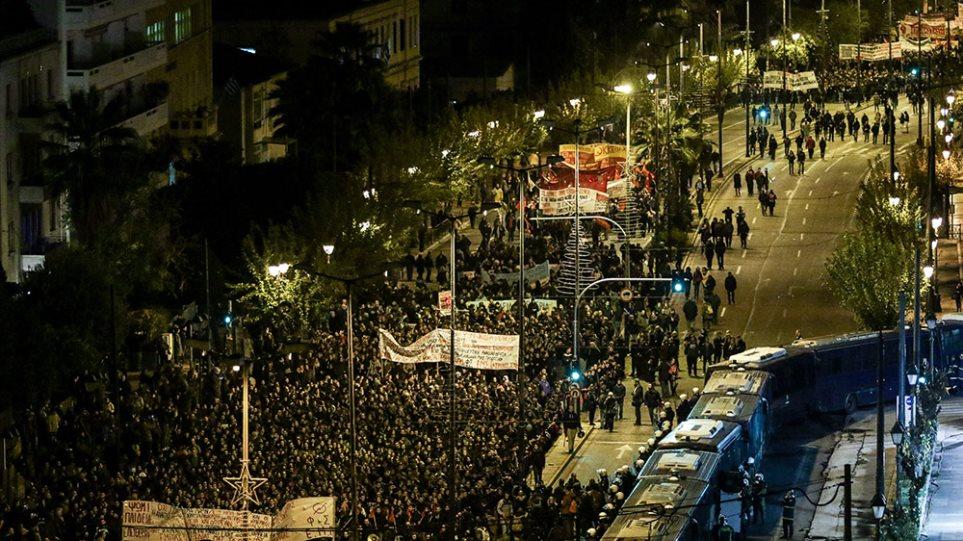 Αντιεξουσιαστές Κατέβασαν και Έσκισαν την Ελληνική Σημαία. Επιτέθηκαν κατά Αστυνομικών
