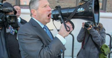 De Blasio gets earful from angry cops after NYPD contract impasse 2
