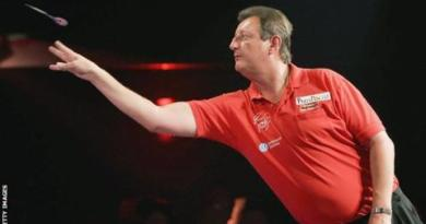 Five-time darts world champion Bristow dies aged 60 3
