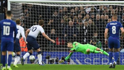 Tottenham 1-0 Chelsea, Carabao Cup - Harry Kane's penalty gives Spurs advantage 2
