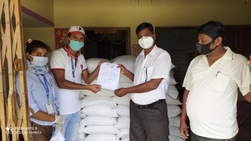 लुम्बिनी विकास बैंकद्वारा रुपनी गापालाई राहत सामग्री