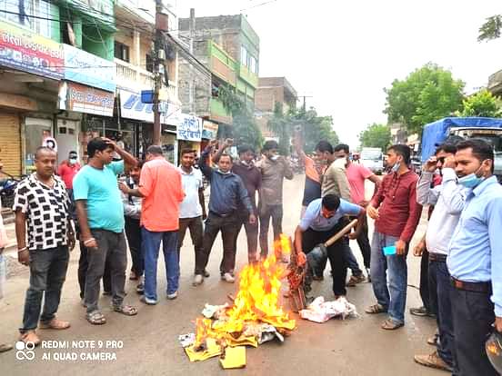राजबिराजमा विपक्षी गठबन्धनका बिद्यार्थी संगठनले जलाए प्रधानमन्त्री ओलिको पुत्ला