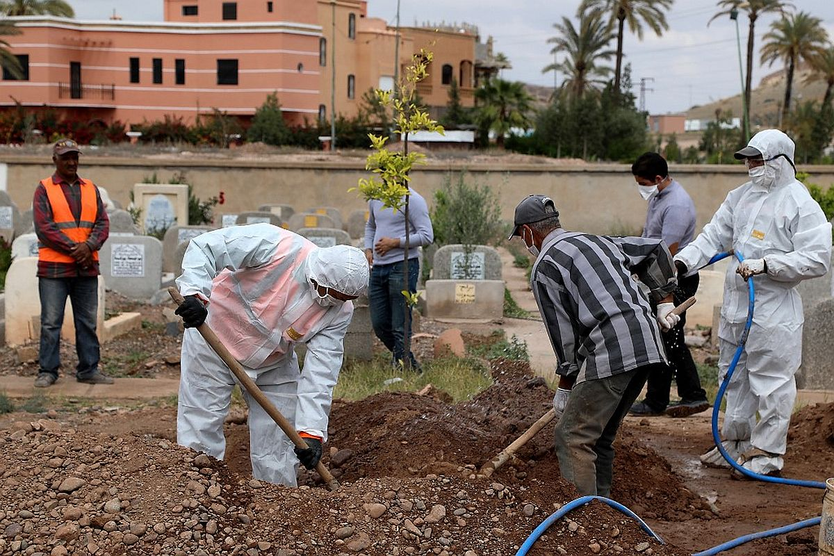 A picture taken on March 25, 2020, shows the burial of a victim of the COVID-19 coronavirus in the Moroccan city of Marrakech. (Photo by - / AFP)