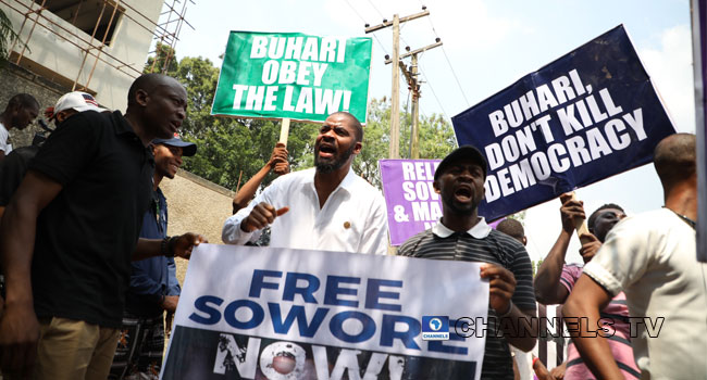 Protesters storm DSS headquarters over continued detention of Sowore, Bakare
