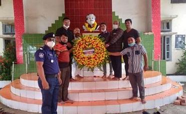 বঙ্গবন্ধুর প্রতিকৃতিতে লোহাগাড়া সাংবাদিক ফোরাম'র শ্রদ্ধাঞ্জলি