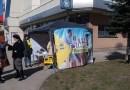 PNL Petroșani, în fața Jiul Shopping Center, încarcă sacii cu minciunele și strîng semnături pentru graviduțe