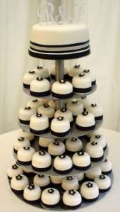 Black-and-white-wedding-cake-with-cupcake