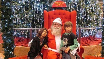 В шубе и с мороженым: что Дед Мороз дарит вместо смартфона в Аргентине