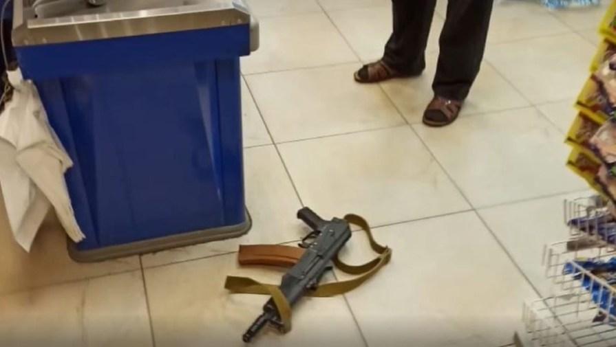 Двое петербуржцев со страйкбольным автоматом устроили разборки в магазине