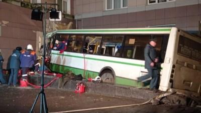 ЧП с автобусом в Великом Новгороде: погибли двое мужчин, восемь раненых