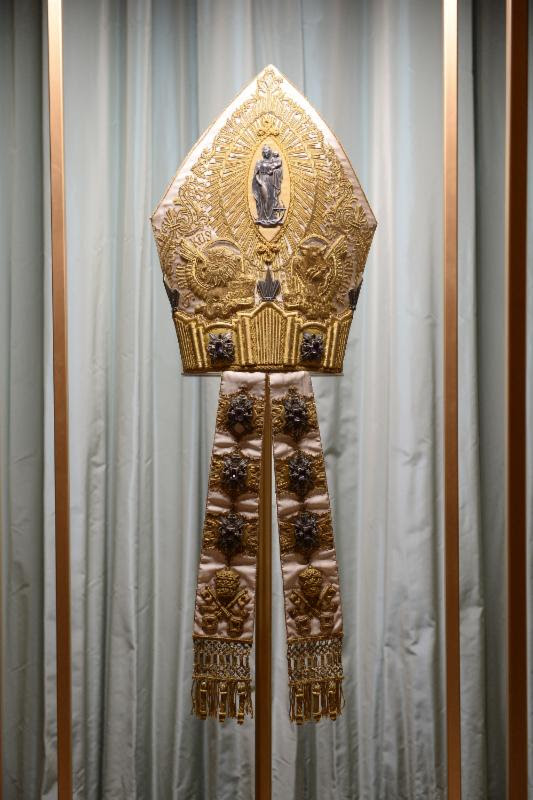 Mitre of Pius XI on display at The Met's Heavenly Bodies: Fashion and the Catholic Imagination advance press event. Courtesy of The Metropolitan Museum of Art/@spgitalia
