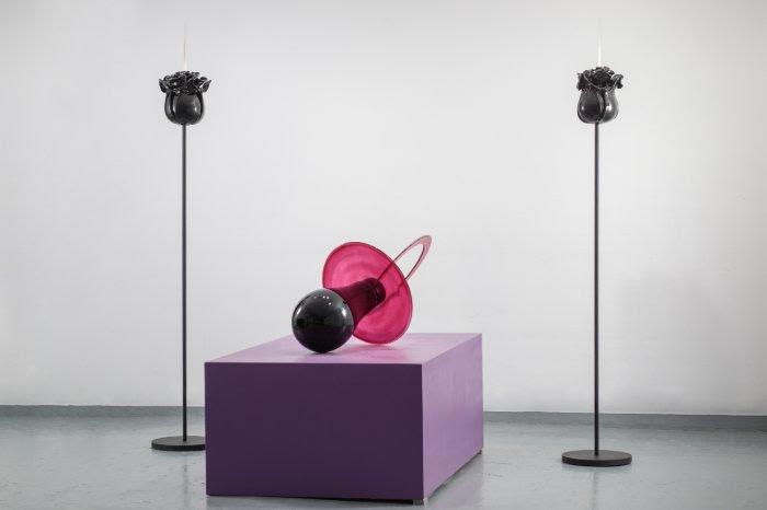 Rosemarie's Divorce, Renate Bertlmann (2019). Glass, pedestal, scalpels, and steel.