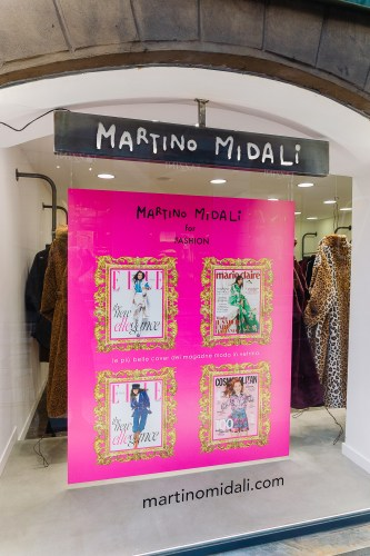 Martino Midalidedicated the windows of the shops in via Mercato and via Madonnina, the historical and iconic art district, to fashion and lifestyle magazines: pink window