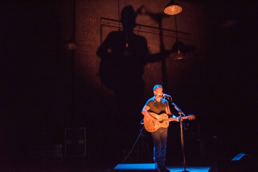 14_Bruce-Springsteen-in-SPRINGSTEEN-ON-BROADWAY_Photo-by-Rob-DeMartin-1