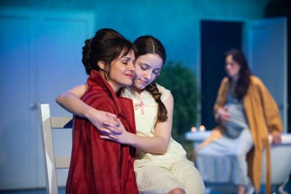 Carla Gugino (Carol) and Ava Briglia (Anna)